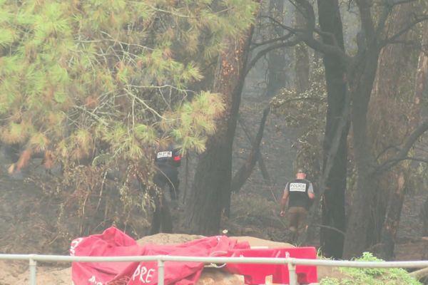 La police scientifique cherche des indices pouvant indiquer l'origine des flammes