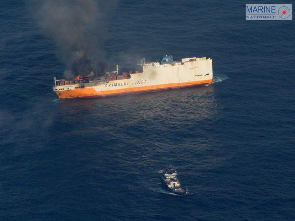 Le cargo italien Grande America en feu avec le remorqueur Abeille Bourbon en premier plan