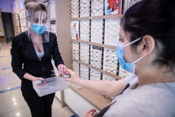 Les opticiens situés dans les centres commerciaux de plus de 20.000 m2 ne peuvent désormais plus recevoir ou livrer leur clientèle.