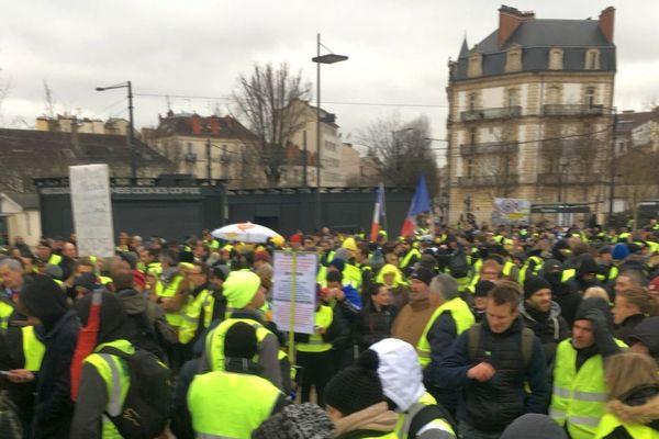 """Près de 2 000 """"gilets jaunes"""" sur la place de la République à Dijon samedi 2 février 2019"""