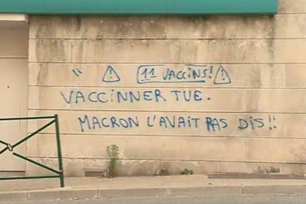 Tag anti-Castaner dans les rues de Forcalquier.