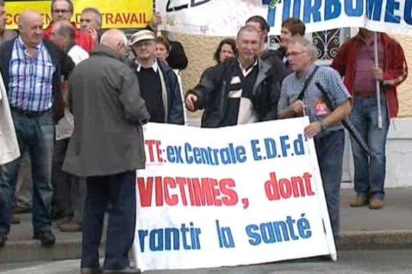 11 anciens salariés de la centrale thermique EDF d'Artix rassemblés ce matin devant le tribunal des Prud'hommes de Pau.