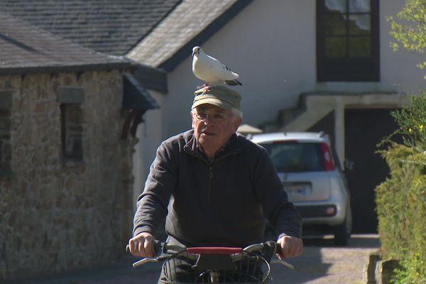 Quand Xavier part faire un tour à vélo, Blanchon vient se percher sur sa tête
