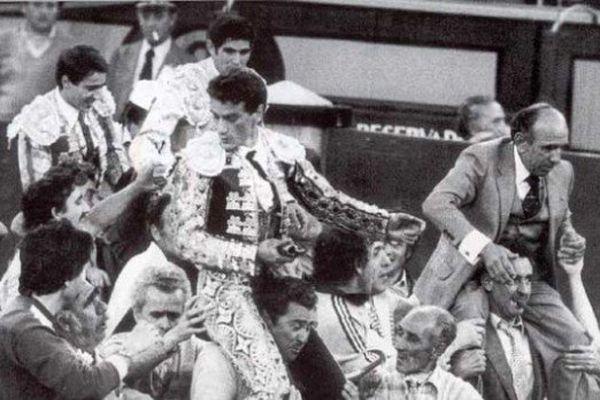 1er juin 1982, Madrid. Victorino Martín, Francisco Ruiz Miguel, Luis Francisco Esplá, José Luis Palomar : tous sur les épaules.