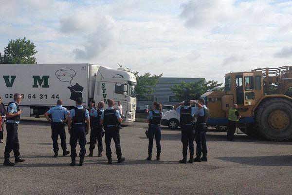 Une dizaine de gendarmes est déployée sur le site de Val Tolosa pour éviter que la situation ne dégénère entre les opposants au projet et les entrepreneurs chargés des travaux.