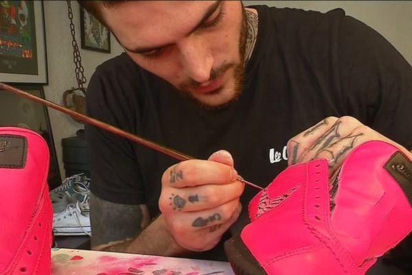Il rénove les baskets usagées, mais surtout il leur offre de nouvelles parures, des looks uniques, sur-mesure, choisis directement par les clients.