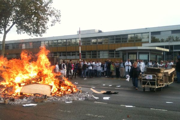 Les Technicolor devant le site d'Angers après l'annonce de la liquidation