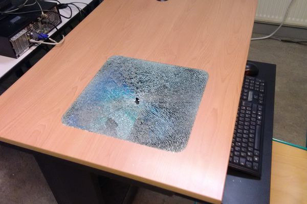 Un écran d'ordinateur cassé.
