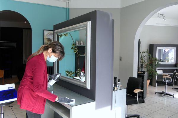 Elisabeth Fratti prépare son salon pour la réouverture prévue le 12 mai, hygiène et sécurité sanitaire avant tout.