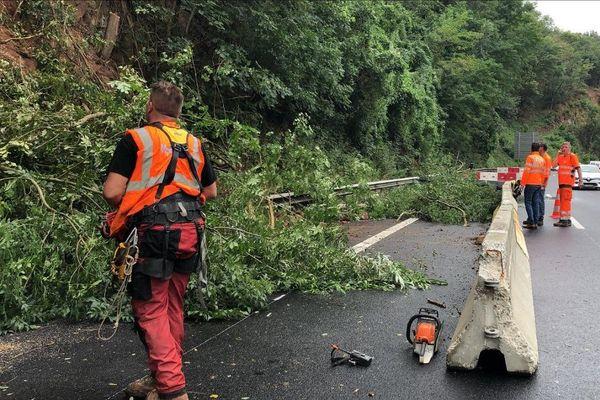 Entre Vic-le-Comte et Issoire, dans le Puy-de-Dôme, sur l'autoroute A75, un bouchon s'est crée en raison d'un éboulement qui bloque une voie ce dimanche 2 août.