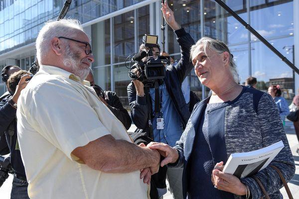 Irene Frachon, le 23 septembre 2019 devant le tribunal de Paris, salue Gaëtan, l'une des victimes.