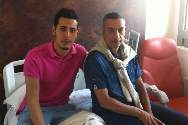 Lamjed Chakroune aux côtés de son oncle dans sa chambre d'hôpital à La Timone.