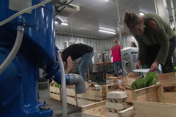 Les commandes des clients en préparation dans la ferme oléicole du Mas Palat à Gignac