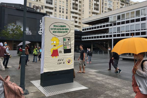Des manifestants dénoncent les panneaux urbains qui consomment de l'énergie