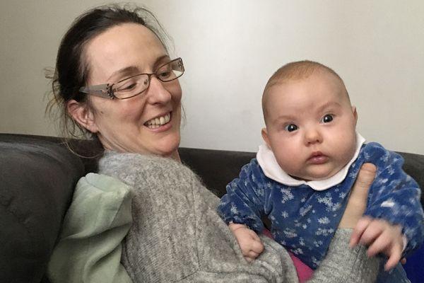 Julie ne se pose plus la moindre question sur l'intérêt de la vaccination, sa petite Charlotte est protégée.