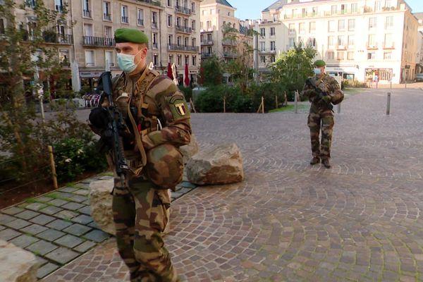 Une patrouille Sentinelle place de la Cathédrale, à Rouen