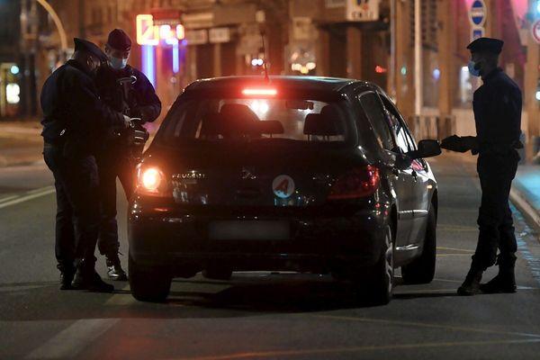 Un contrôle de police, à Toulouse, pendant le couvre-feu.