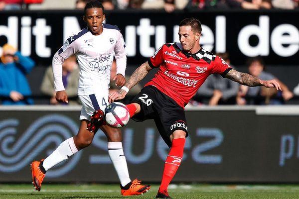 Le défenseur bordelais Jules Kounde opposé à Nolan Roux durant la rencontre entre Guingamp et Bordeaux au Roudourou, le 23/09/2018