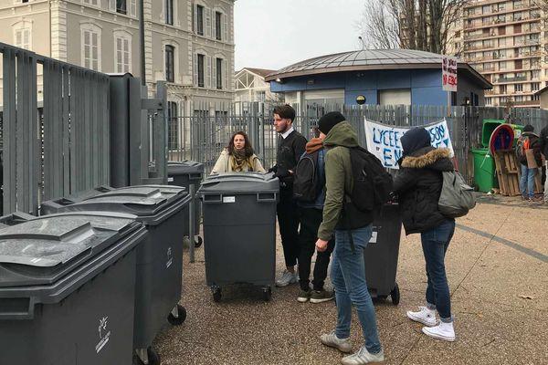 Devant le lycée Vaucanson à Grenoble, vendredi 24 janvier.