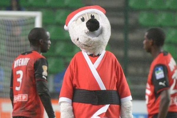 La mascotte du Stade rennais déguisée en Père-Noël lors de la rencontre contre Bordeaux en Coupe de la Ligue.