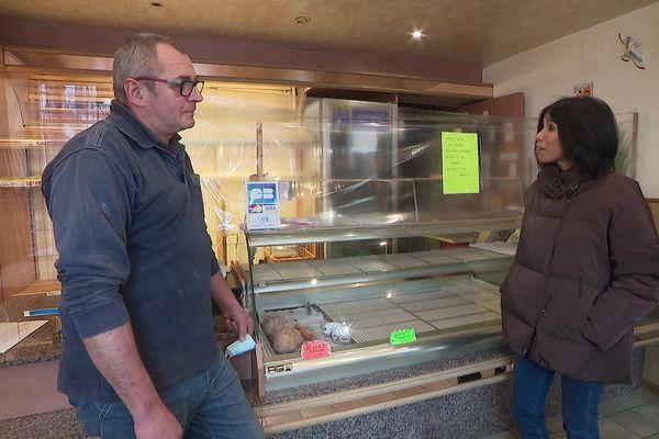 Sylvie Malal recueille le témoignage de Pascal Schneider, boulanger à Romansviller.