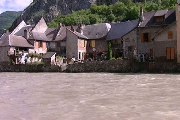 La Garonne qui coule à Saint-Béat a laissé des traces indélébiles.