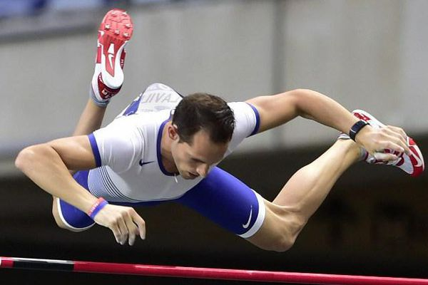 Renaud Lavillenie franchit 5,93m à son premier essai.