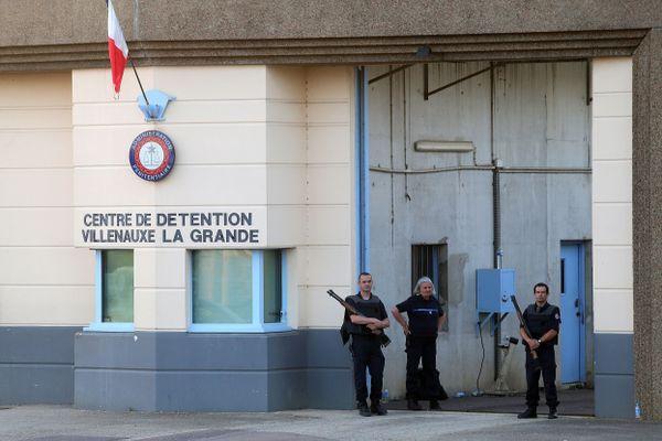 Le centre de détention peut accueillir entre 400 et 600 prisonniers selon les sources.