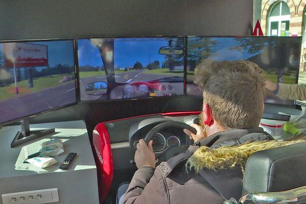 Un habitant de l'Eure teste un simulateur de conduite d'autocar
