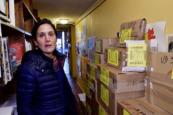 Maya Soudan, co-propriétaire de la librairie Le Rameau d'Or fermée depuis le 17 mars pour cause de confinement général. Les cartons de retours aux éditeurs s'empilent, et la trésorerie est passée dans le rouge. Lyon 6ème.