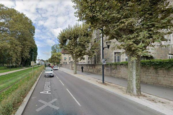 La bande ensablée le long de l'avenue du 8 mai 1945 (à droite) sera bientôt végétalisée.