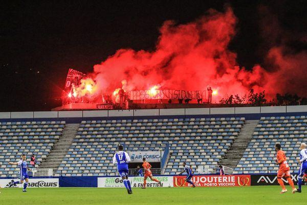 Les supporters bastiais, le 29 octobre dernier, témoignaient de leur soutien aux joueurs de manière spectaculaire, mais dangereuse, sur le toit de l'ancien centre de formation des bleus.