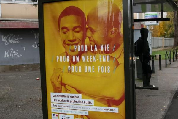 Une affiche de la campagne de prévention contre les infections sexuellement transmissibles à Aulnay-sous-Bois en Seine-Saint-Denis, le 22 novembre 2016