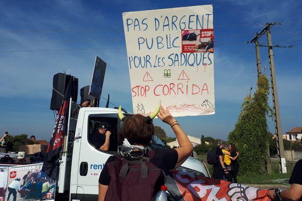 Les anti-corridas se sont donnés rendez-vous à Rodilhan, dans le Gard, ce dimanche, pour contester le traditionnel festival taurin