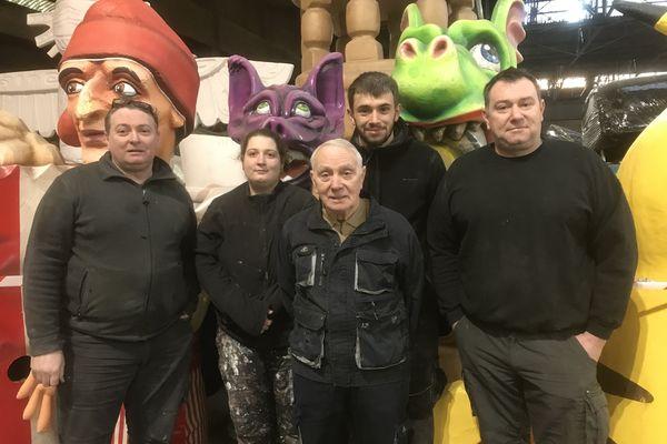 Sur cette photo, la famille Povigna. 4 générations de carnavaliers niçois. De gauche à droite. Pierre, Marie, Jean, Pierre, Sébastien et Gilles Povigna.