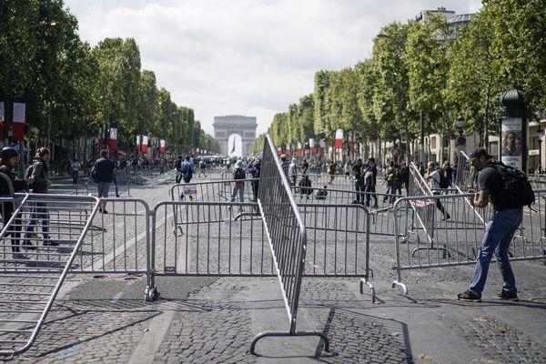 Des tensions ont éclaté ce dimanche sur les Champs-Elysées à l'occasion du 14-Juillet entre des Gilets jaunes, des personnes cagoulées et les forces de l'ordre.