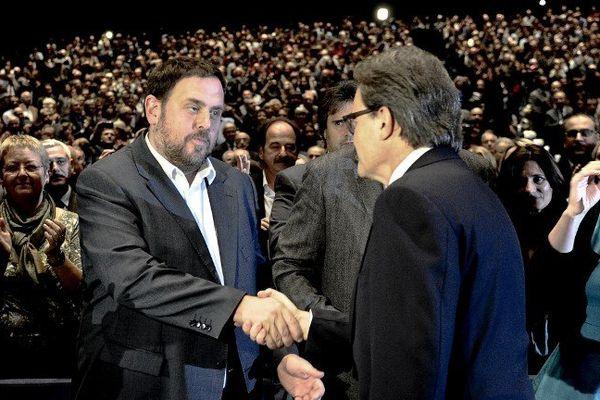 Oriol Junqueras, le dirigeant d'Esquerra Republicana de Catalunya (à gauche) soutient le projet du président Artur Mas