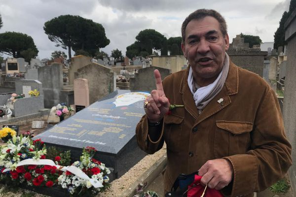Georges El Assidi lors de l'hommage rendu à Charles Trenet ce vendredi 19 février. Ce doigt pointé vers le ciel nous rappelle quelqu'un, pas vous ?