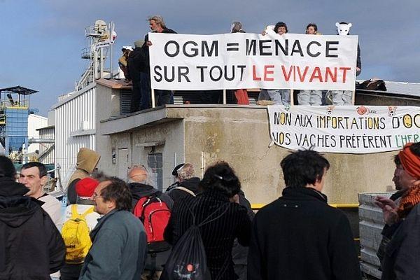 Trèbes (Aude) - manifestation des anti-OGM sur le site Monsanto. Ils voulaient vérifier la présence ou non de semences interdite en France de MON-810 - 15 avril 2013.