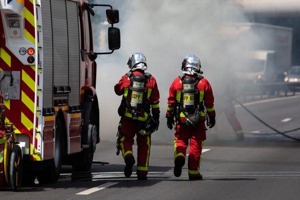 Les sapeurs-pompiers sont intervenus sur le boulevard Laurent Bonnevay, aux porte des Lyon ce 1er mars 2021 : un bus des Transports en commun lyonnais a pris feu. Il n'y avais pas de passager.