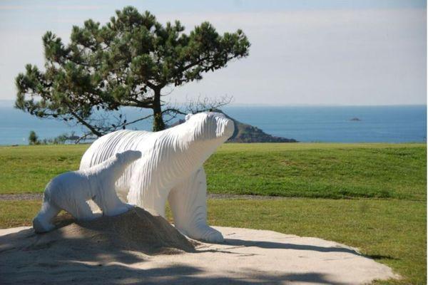 Michel AUDIARD. L'Ours Hommage à Pompon, grand modèle, résine laquée blanche. Signé, épreuve d'artiste II/IV. Mise à prix : 22 000 euros