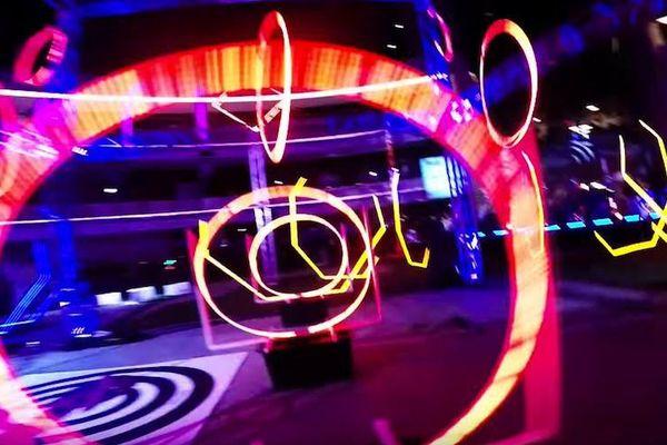 Les micro-drones évoluent dans un circuit tout en lumières