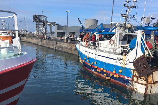 Le chalutier Zephyr de la Turballe accueille marins et formateurs pour un exercice d'homme à la mer