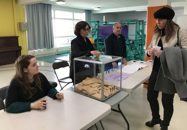 Les visages sont graves et inquiets dans ce bureau de vote. Reims, 15/03/2020.
