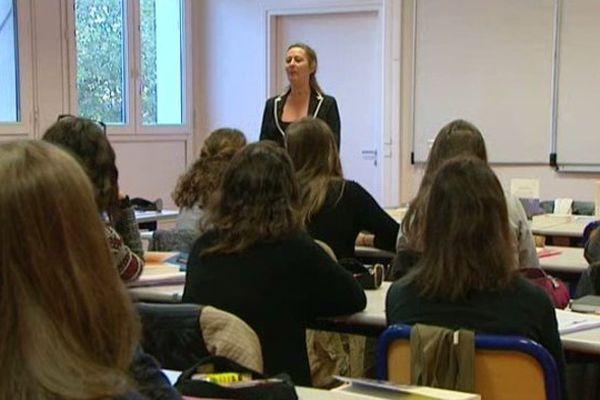 Des élèves du lycée Claude-de-France à Romorantin (Cher) partie du jury qui décernera le Prix Goncourt des Lycéens 2015.