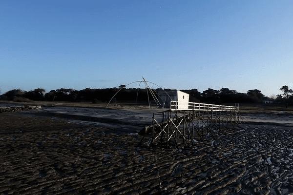 En Loire-Atlantique, le littoral abrite des pêcheries traditionnelles, qui permettent à leur heureux propriétaire de s'adonner à la pêche au carrelet.
