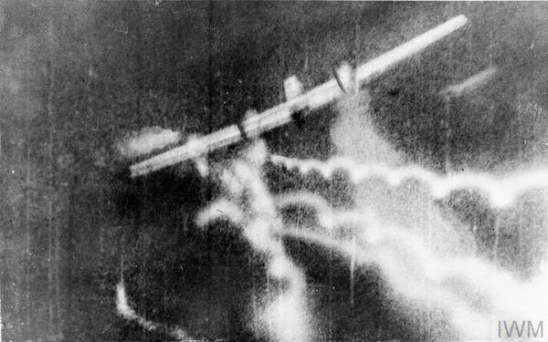 Image de la Royal Air Force montrant un Messerschmitt BF110 bimoteur touché par un Spitfire piloté par le lieutenant William Patrick Francis Treacy (Escadron 74) près de Dunkerque.