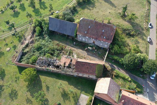 Vue aérienne de l'ensemble (écurie, grange et habitation) le jour de l'acquisition en août 2019