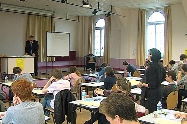 Les candidats au baccalauréat, dans une salle d'examen du Lycée Jean-Jaurès, lundi 17 Juin 2013.