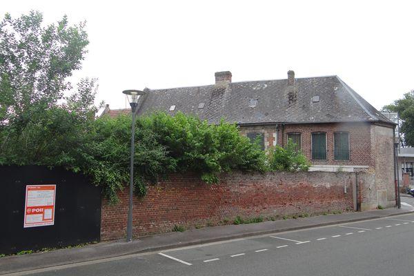 Le permis de démolir obtenu en mai 2021, annonce la destruction de l'ancien presbytère, du garage et des murs d'enceinte, au premier semestre 2022.